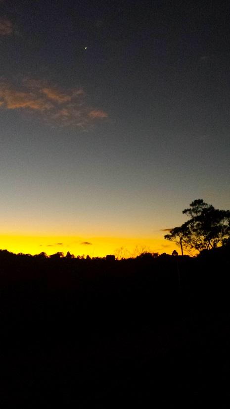 Nessa foto ainda não era noite, mas dá para ver o céu limpo e a primeira estrela nascendo...